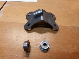 Hülse für oberen Seitenruder-Beschlag (oben), Scheiben Knüppel-Verbindungsrohr (unten).